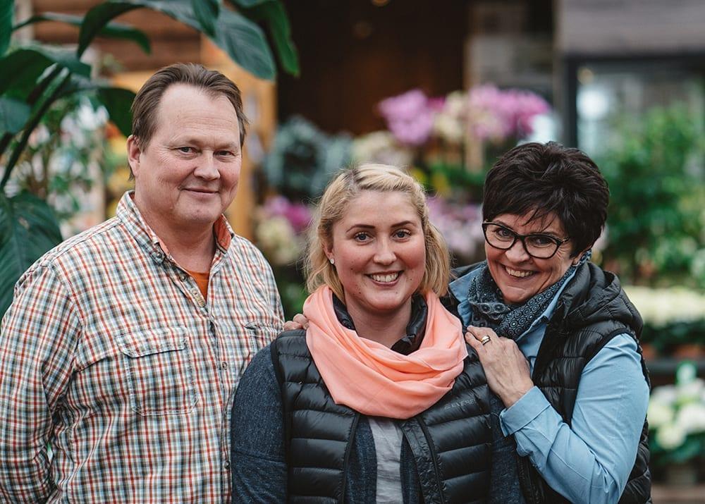 Kauppiaspuutarhurit Mika ja Silja Lassila ja tytär Johanna